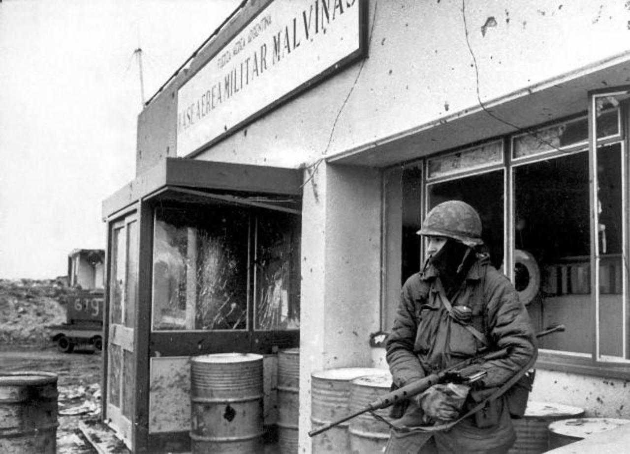 Un soldado del ejército argentino permanece en guardia en una base aérea militar en Puerto Argentino durante la Guerra de Malvinas, en una foto de archivo del 25 de mayo 1982.