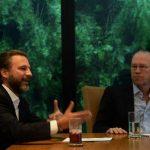 El presidente de Fundación Renacer, Ricardo Poma (der.) y el vicepresidente, Fernando Poma, explican los programas de la institución. Foto EDH / Marlon Hernández