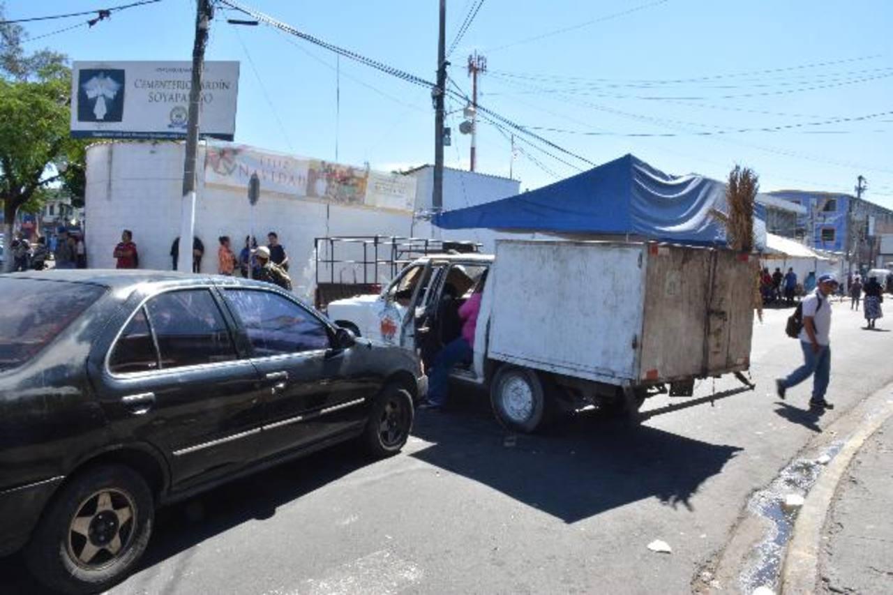 Los sindicalistas obstaculizan desde el jueves el ingreso de los trabajadores a la alcaldía. Foto EDH / Mario Amaya.