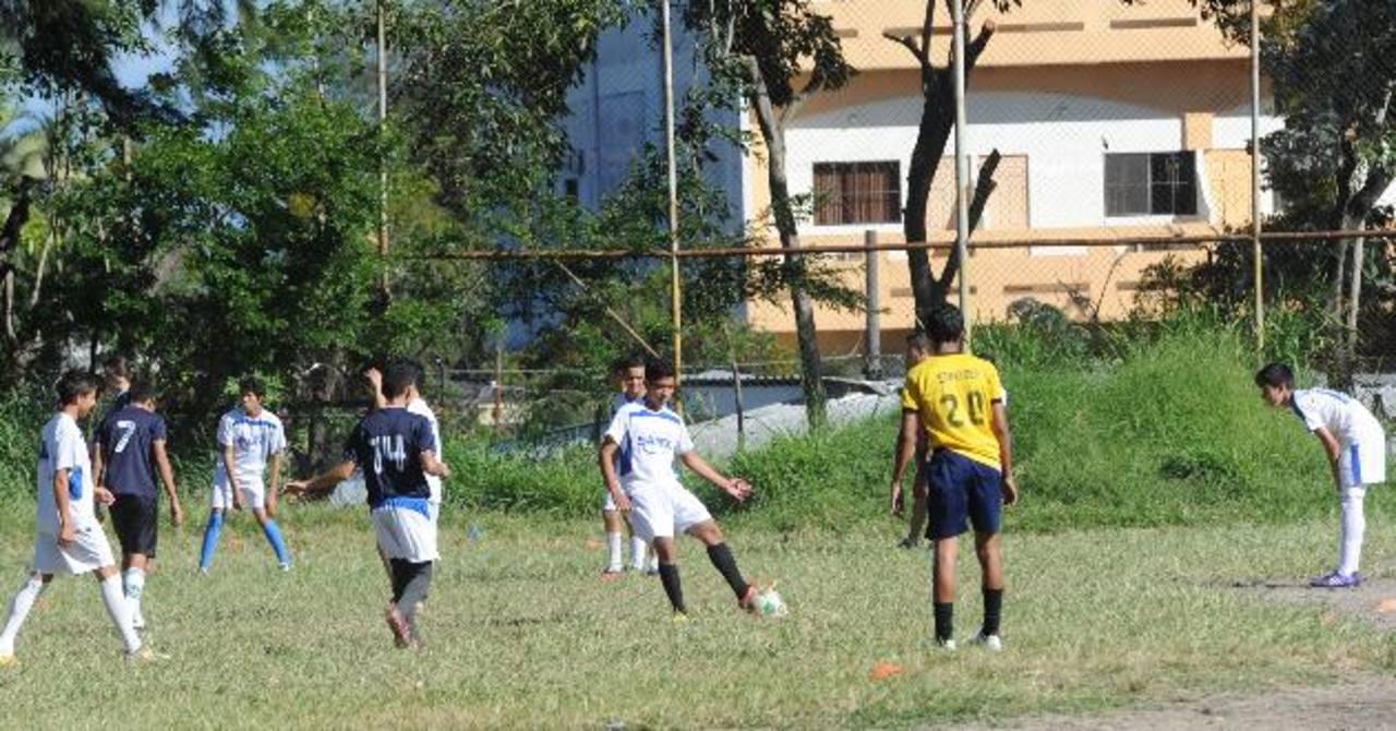 Concepción Batres con 10 escuelas de fútbol
