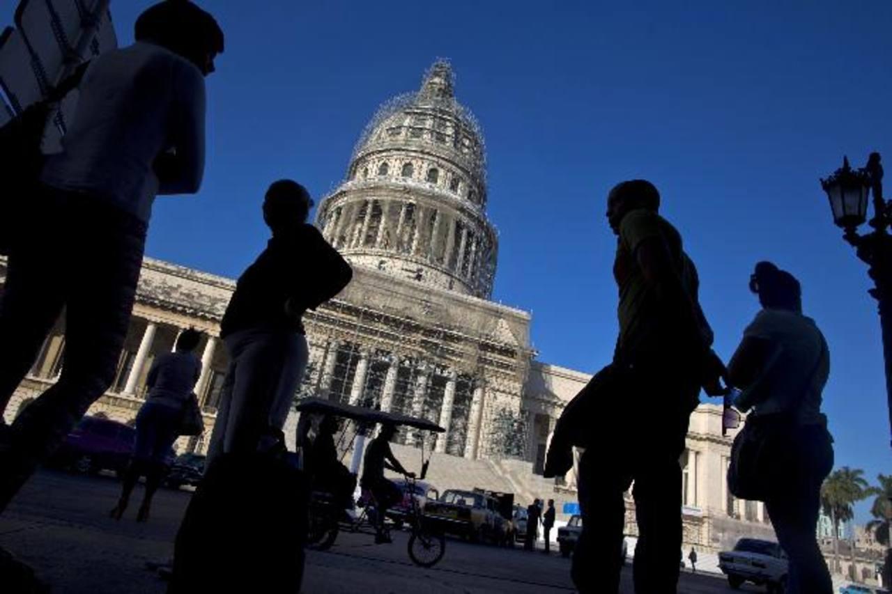 Los cubanos tienen expectativas de cambios económicos en una isla que parece congelada en el tiempo, como esta imagen del Capitolio de La Habana. AP