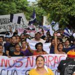 Un grupo de personas protesta en San Jorge, en el departamento de Rivas (Nicaragua), donde los pobladores se han manifestado en contra del proyecto del canal interoceánico. foto edh / efe