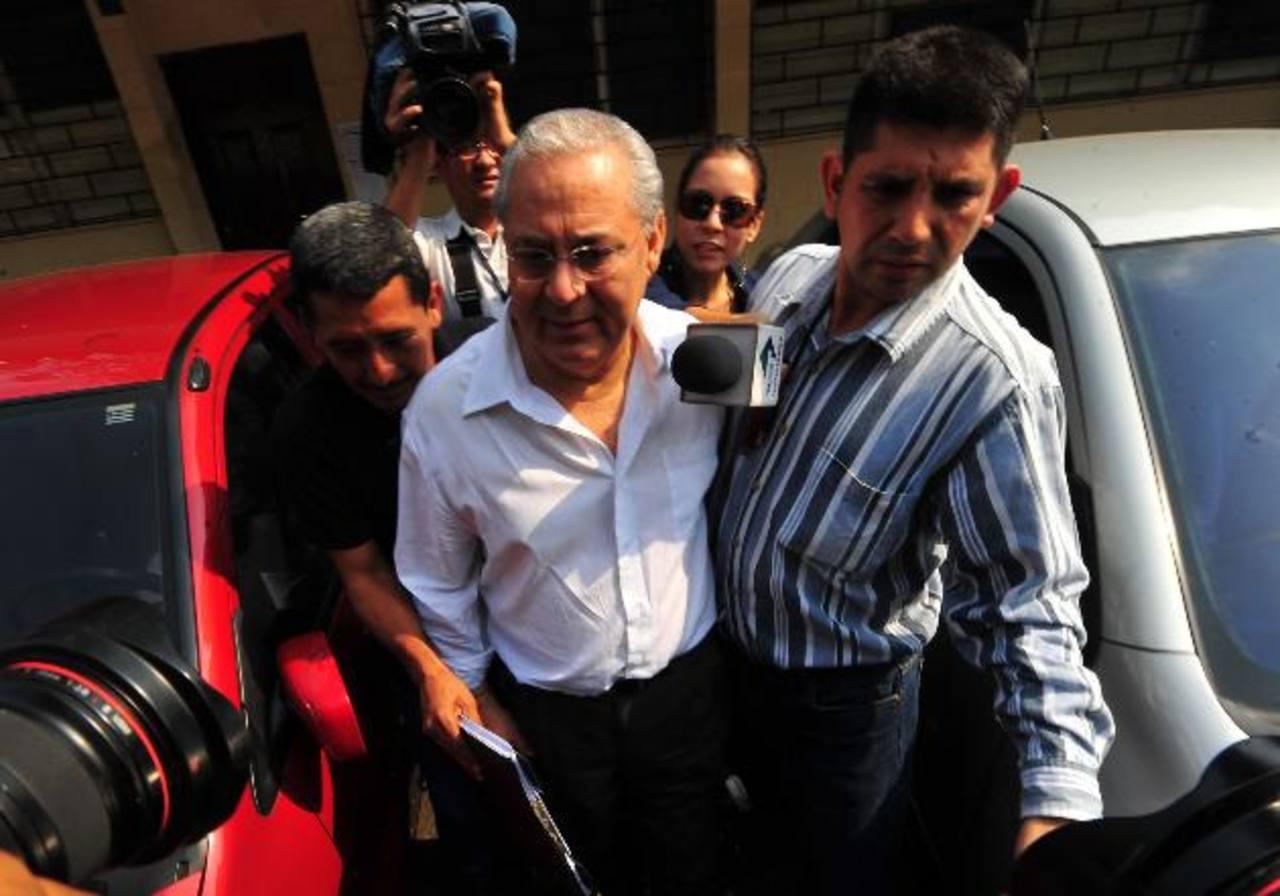 El exministro de Salud Pública José Guillermo Maza, luego de salir de una de las audiencias judiciales. Foto EDH / ARCHIVO