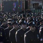 Policías vuelven espalda a alcalde de Nueva York en funeral de agente