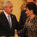 El presidente de Guatemala, Otto Pérez Molina (i), durante la juramentación de la Fiscal General, Thelma Aldana. foto edh / internet