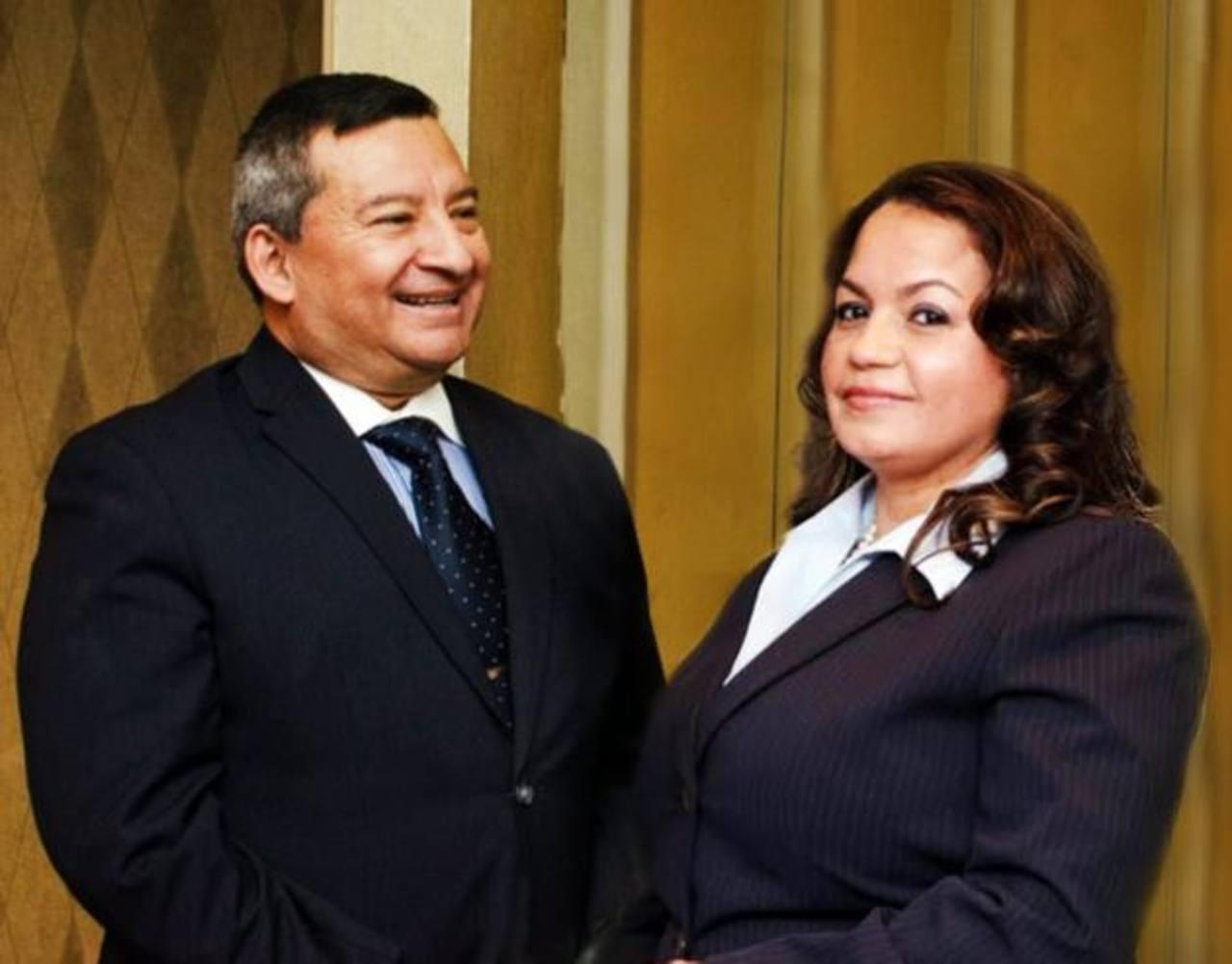 Jorge Guadrón y Miriam Ventura, dos salvadoreños-estadounidenses que forman parte del Comité Demócrata Estatal por el 6o. Distrito de la Asamblea Estatal de Nueva York.