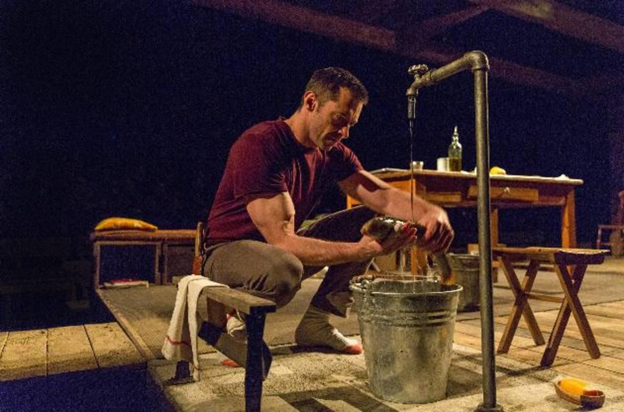 """Antes de que Jackman participara en la obra """"The River"""", tuvo que aprender sus diálogos, profundizar en su personaje y hacer algo totalmente nuevo: destripar un pescado. Foto EDH/AP"""