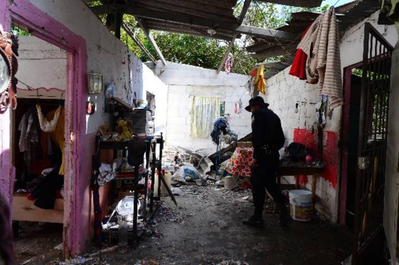 En esta casa funcionaba de manera ilegal una cohetería que ayer explotó dejando a dos niños con golpes y quemaduras. La misma casa era ocupada como vivienda por su propietario, según informó la Policía. Foto EDH / Mauricio Cáceres
