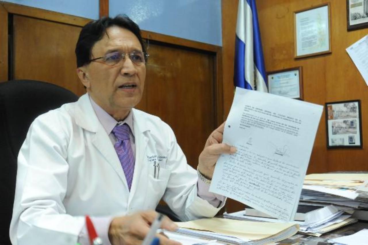 """Mauricio Ventura, director del Rosales, muestra un documento en el que lo llaman """"imputado"""". foto edh / LISSETTE MONTERROSA"""