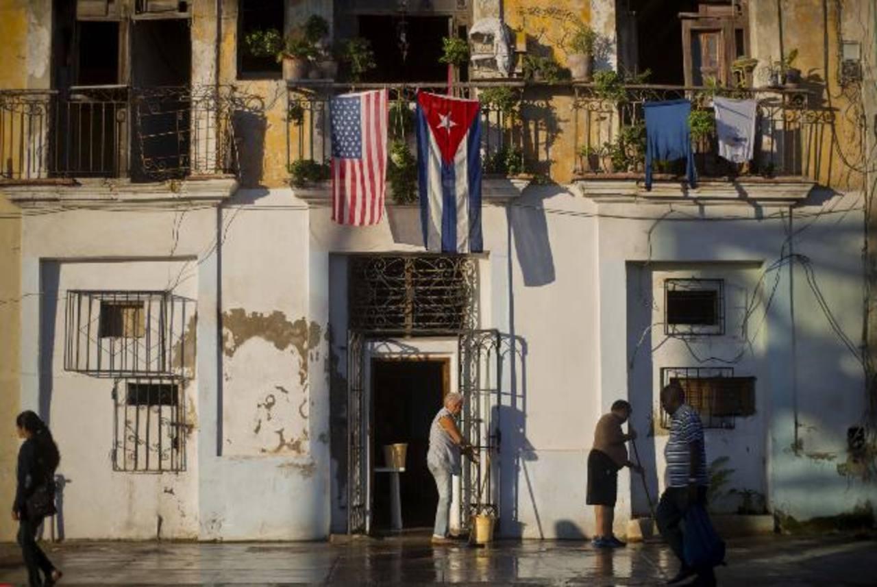 Una bandera de EE. UU. y otra de Cuba ondean en La Habana.AP