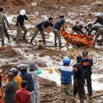 Rescatistas retiran el cuerpo de una víctima de los deslizamientos en Jemblung, en el centro de Java, Indonesia.