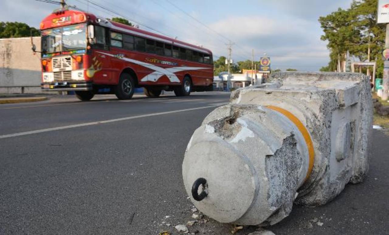 Los postes fueron dañados por vehículos que han chocado contra ellos. Foto EDH/ cristian Díaz