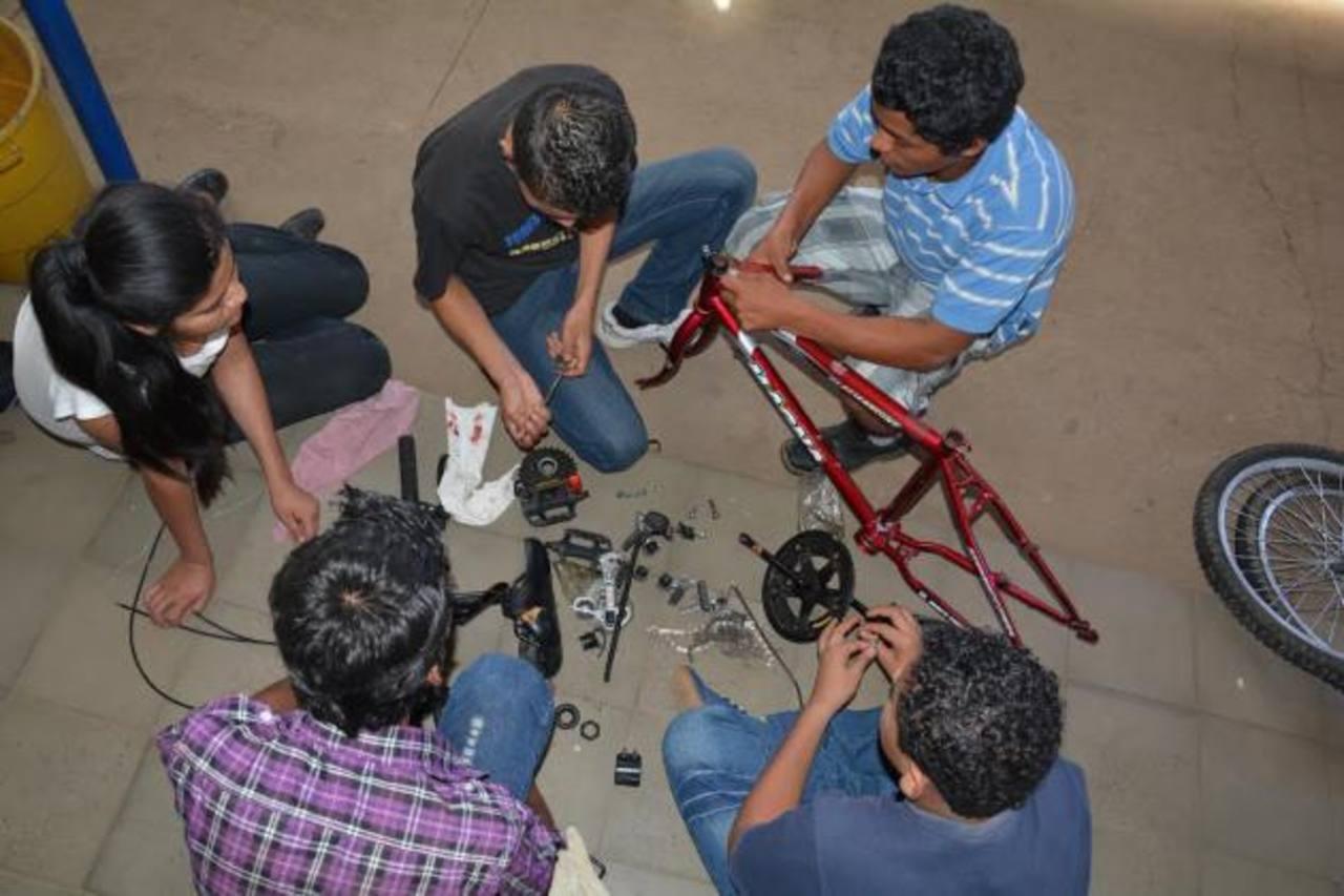 Los jóvenes aprendieron a desarmar y colocar cada una de las piezas, cómo debe ser. foto edh / iris lima.
