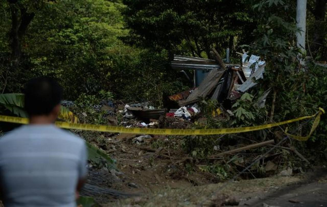 Una rastra se salió de control en el kilómetro 80, carretera a Los Naranjos e impactó dos viviendas. Foto EDH / Jaime Anaya