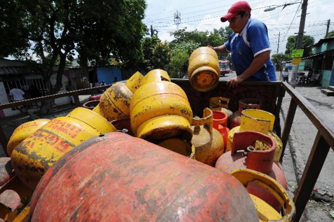 En marzo el tambo de gas de 25 libras costaba $15, pero ahora vale $11.18. El Estado ha reducido el subsidio. foto EDH / archivo