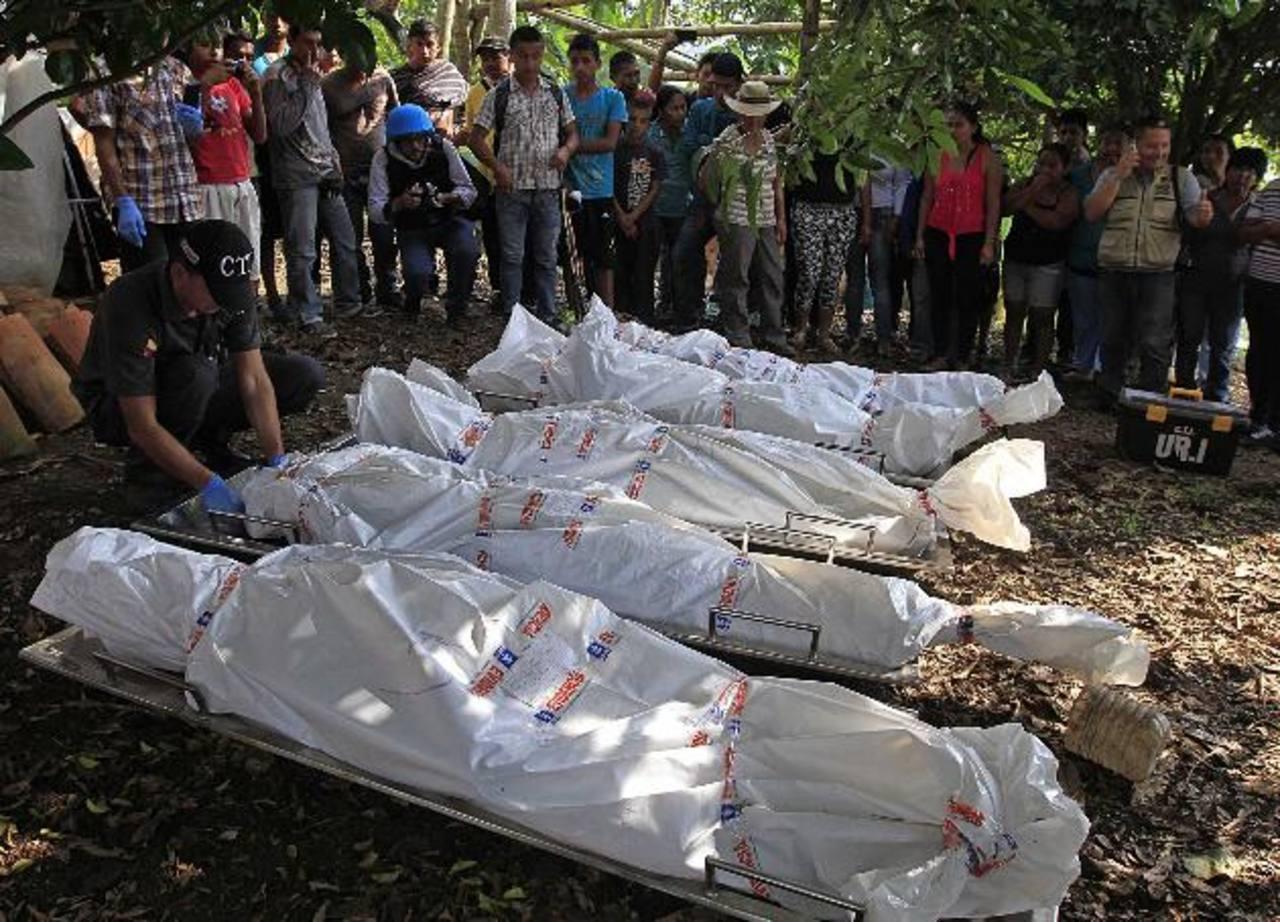 Colombianos observan los cuerpos de los cinco soldados asesinados por las FARC en Santander de Quilichao, Cauca. Reuters