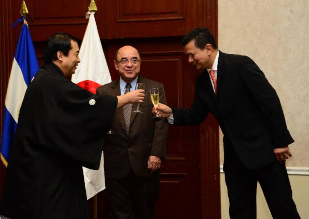Masataka Tarahara, embajador de Japón; junto a Óscar Pineda, presidente de la Corte Suprema de Justicia, y el canciller Hugo Martínez durante el brindis en la recepción. fotos edh / césar avilés
