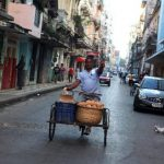 Imagen del 18 de diciembre de un vendedor ambulante de pan que transita por una calle en La Habana (Cuba). foto edh / efe