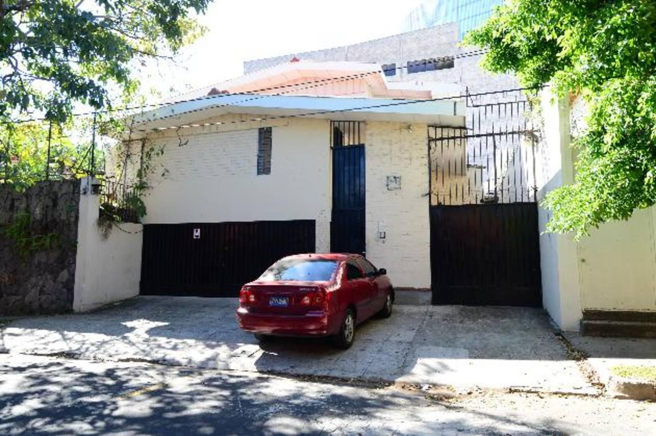 Esta es la casa en la colonia Escalón donde, según el CNR, funciona L&M, sociedad ligada a Larrazábal. FOTO EDH / MAURICIO CÁCERES