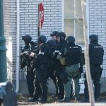 La policía tenía rodeada ayer una casa donde se cree que estaba parapetado el sospechoso.