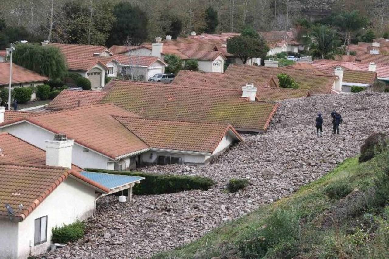 Varias viviendas quedaron dañadas por el deslizamiento de lodo tras fuertes lluvias en Camarillo Springs, California. Reuters