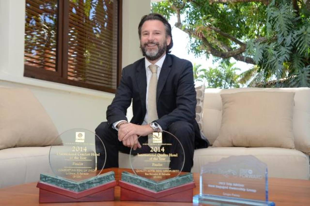 Fernando Poma, vicepresidente ejecutivo de Real Hotels & Resort, muestra algunas preseas obtenidas. Foto EDH
