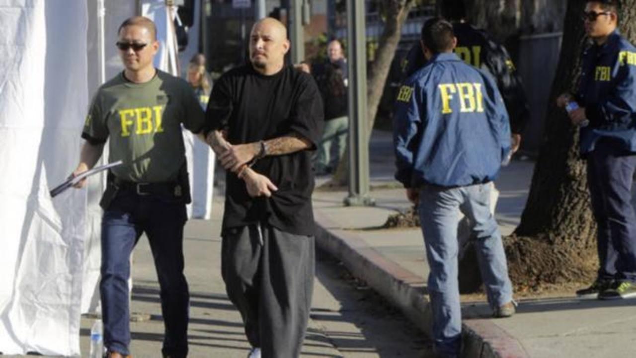 """Agentes del FBI trasladan a uno de los detenidos durante el denominado """"Operativo Casa del Diablo"""" (Operation Resident Evil). foto edh / los ángeles times"""
