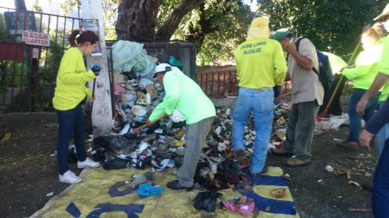 Unos 160 empleados municipales se unieron a las labores de limpieza en el casco urbano de Soyapango. Foto EDH / NIDIA HERNÁNDEZ