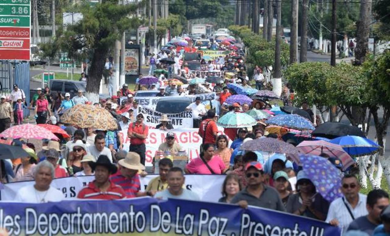Este año los docentes marcharon en varias oportunidades en demanda de la mejora salarial. Foto EDH / Archivo