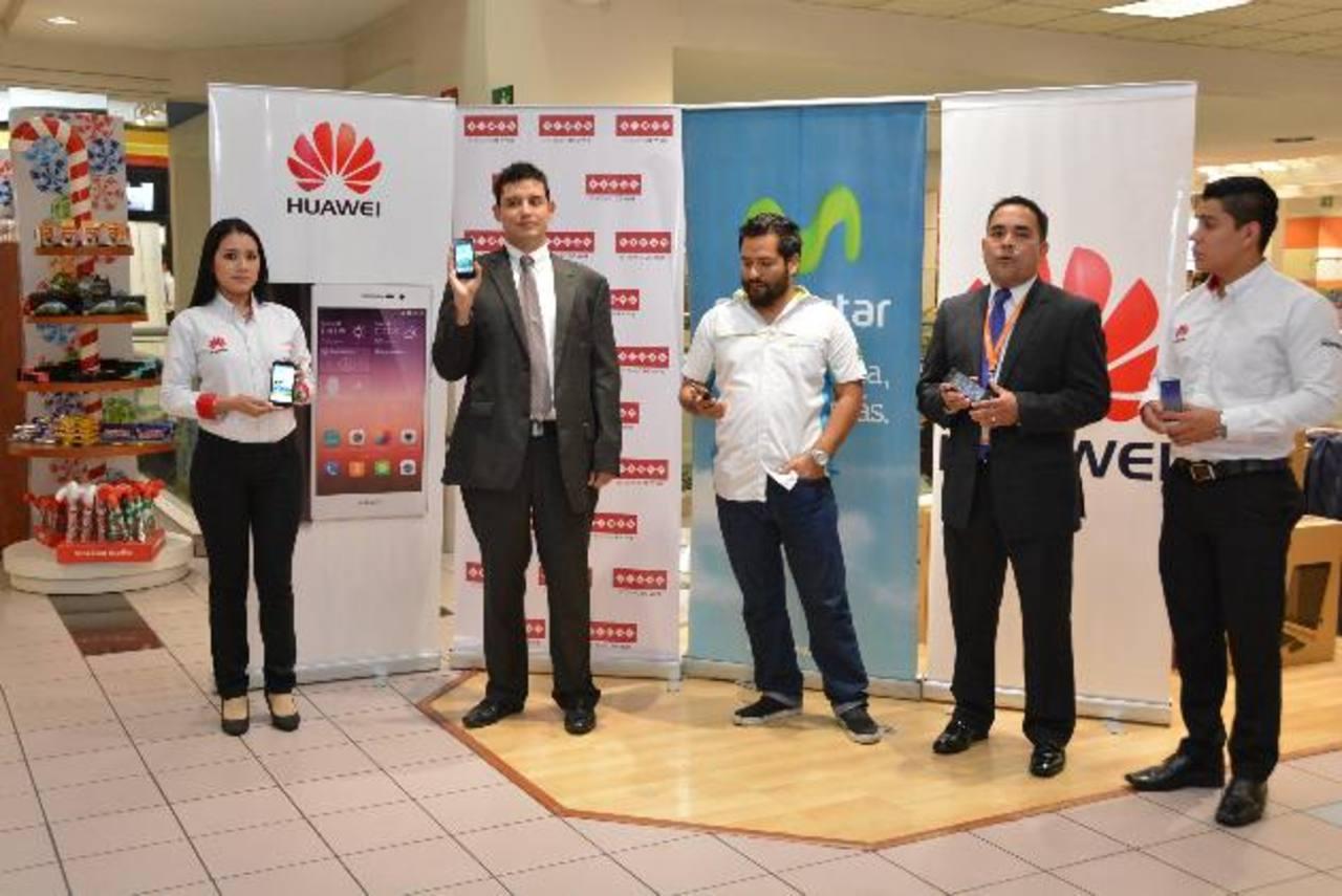 Representantes de Huawei y Simán presentaron los teléfonos que ya están en todas sus tiendas. Foto edh / David Rezzio