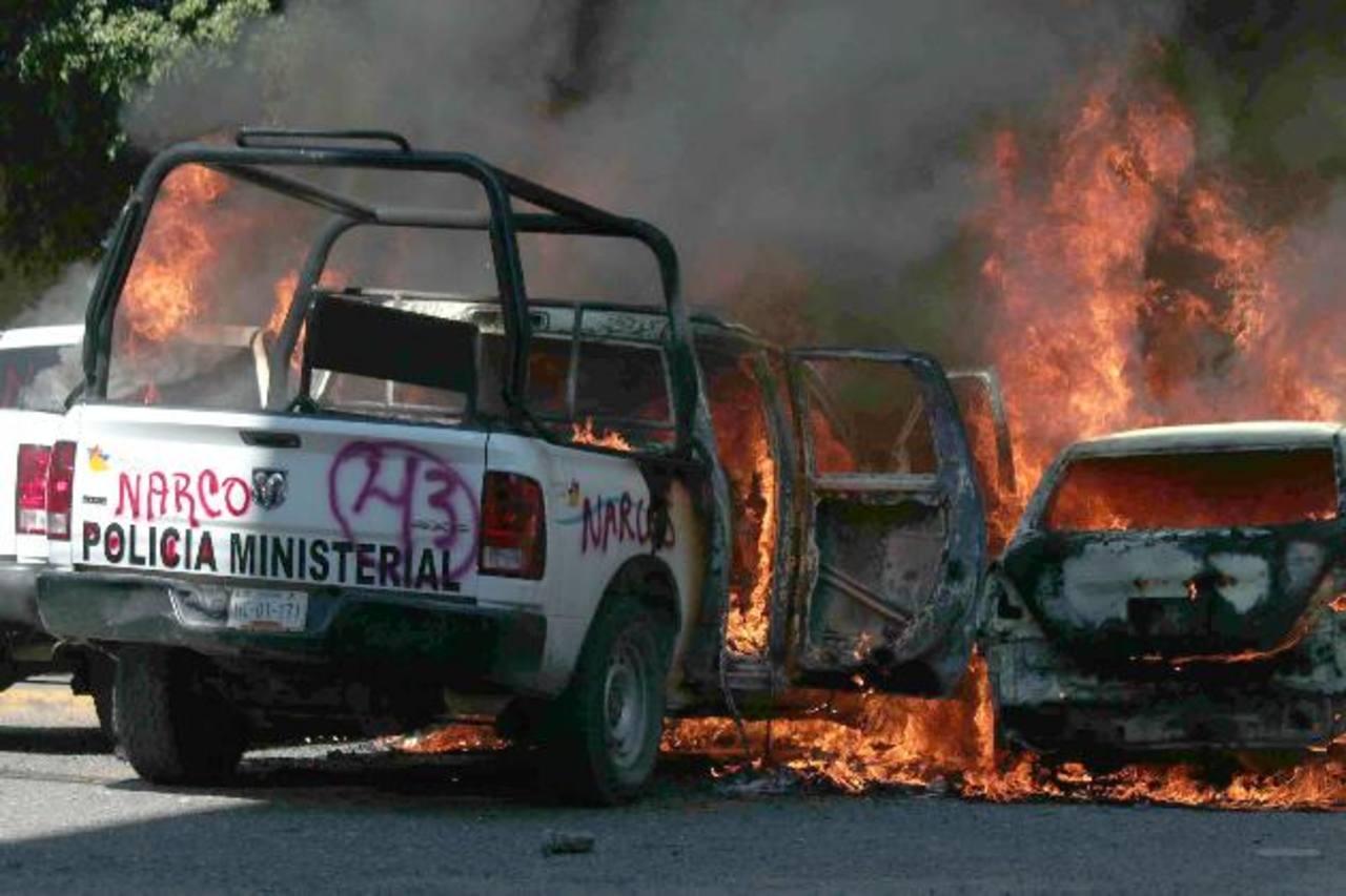 Vehículos fueron quemados por grupos de encapuchados en la ciudad de Chilpancingo, estado de Guerrero. foto edh / efe