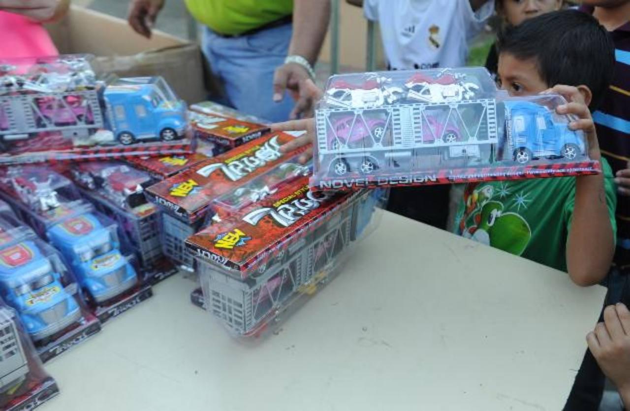 Cientos de niños y niñas de Villa Palestina y zonas aledañas recibieron su regalo de Navidad. Foto EDH