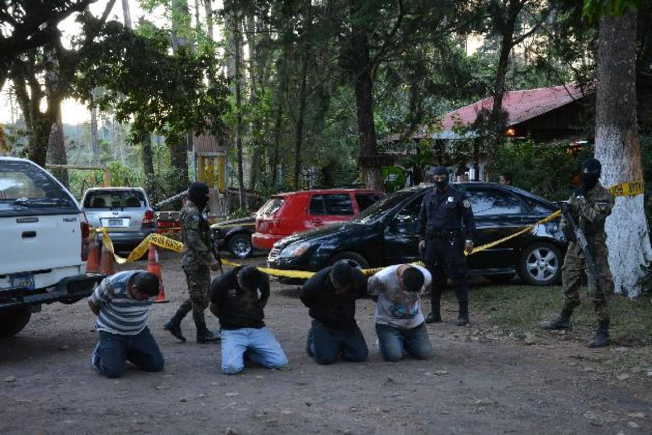 Los imputados, residentes de la capital, intentaron huir en dos carros. La Policía recuperó más de $7,000. Foto EDH / Iris Lima.