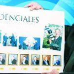 Mauricio Sandoval muestra los ochos presidentes de la República a quienes ha fotografiado en sus mandatos.Su santidad Juan Pablo II durante su visita a El Salvador, febrero de 1996.