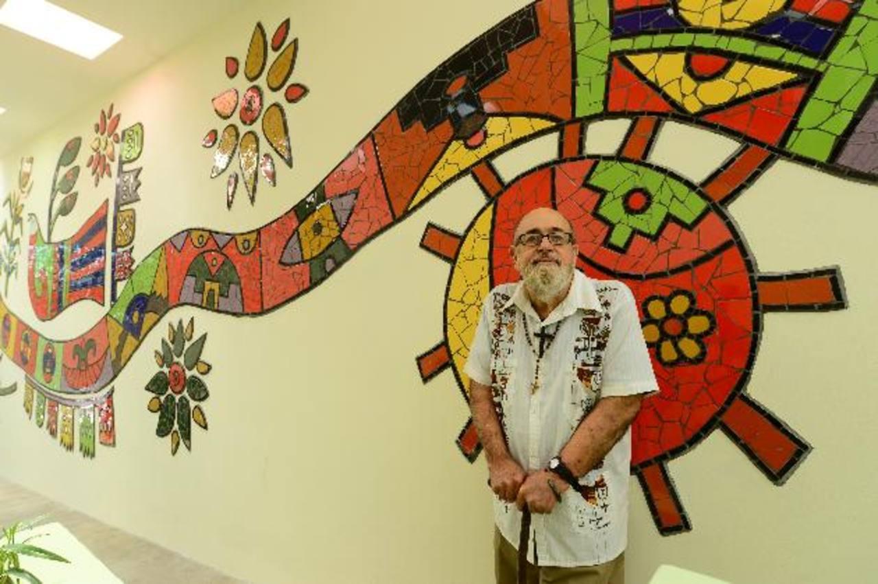 Fernando Llort junto a su mural en la Embajada de México, la pieza refleja tradiciones y valores. Foto EDH / Omar Carbonero.