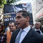 Juan Carlos Gutiérrez, abogado defensor del dirigente opositor venezolano Leopoldo López, habla ante los medios en las inmediaciones del Palacio de Justicia.