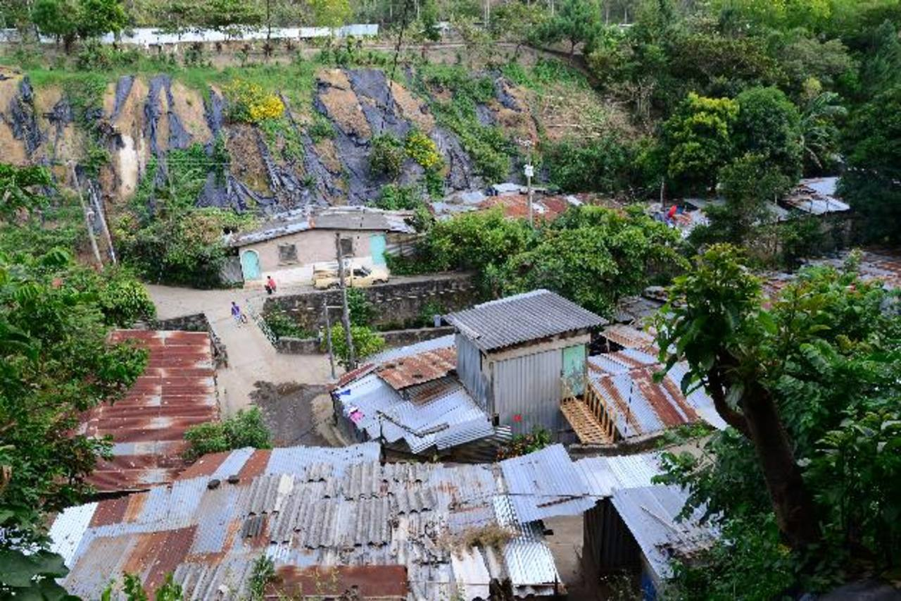 La comunidad Zamora Rivas en Nuevo Cuscatlán se encuentra en una situación de riesgo y sus 48 familias esperaban la reubicación al terreno que se le vendió al IPSFA. Foto EDH / cesar avilés