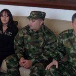 El general Rubén Darío Alzate (der.), el cabo Jorge Rodríguez (centro) y la abogada Gloria Urrego (izq.), liberados ayer. Foto edh / efe