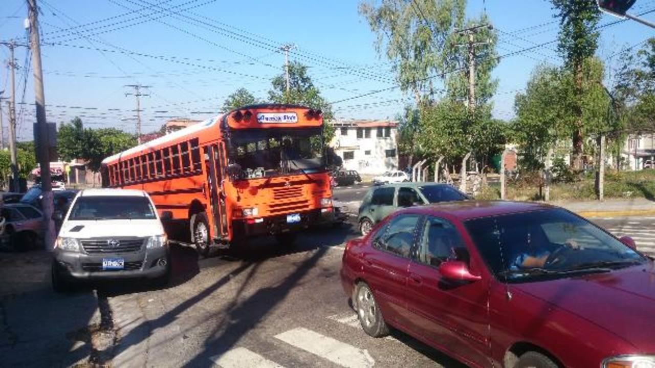 Cuatro sujetos asaltan siempre en la intersección calle a Huizúcar y carretera al Aeropuerto.