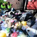 En el populoso sector conocido como la Súper Manzana, en la colonia Zacamil, cuadrillas de empleados privados se encargan de recoger la basura acumulada. fotos/edh