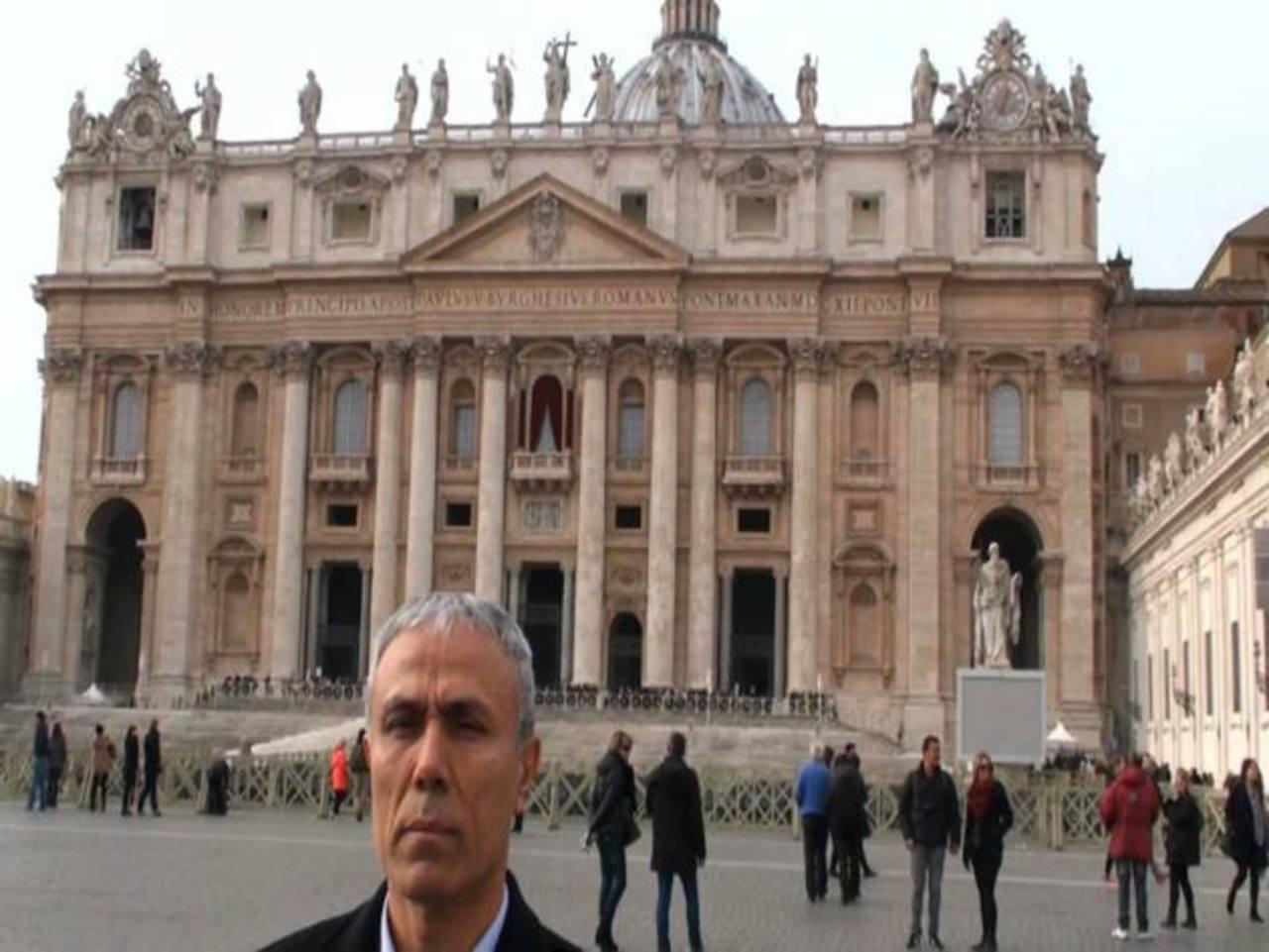 El turco que disparó a Juan Pablo II lleva flores a su tumba en el Vaticano