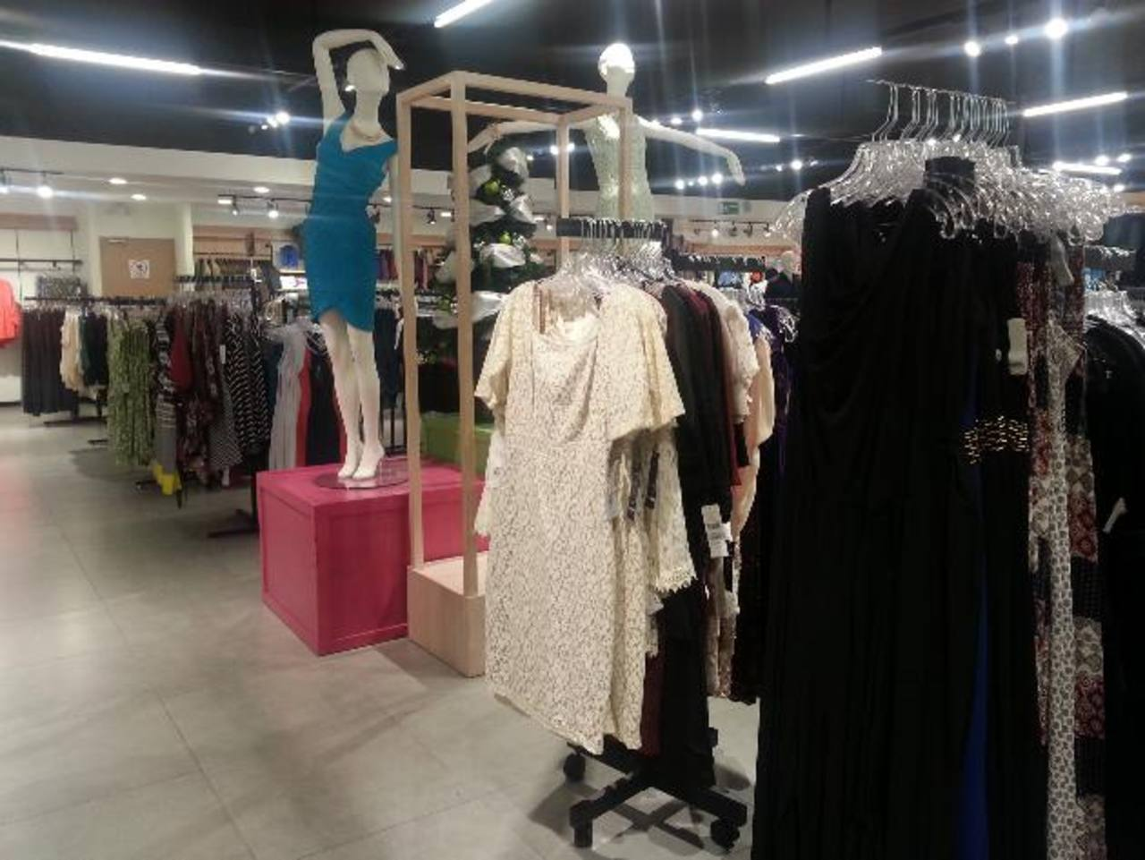 No se quede sin hacer sus compras en los diversos departamentos de la tienda. Foto EDH / Cortesía