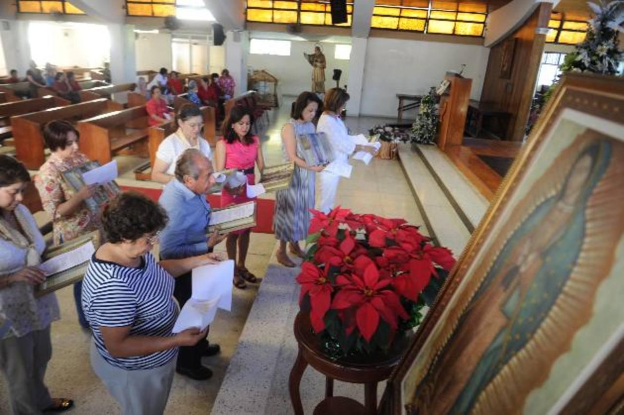Responsables de la virgen Peregrina de la Familia en la renovación del compromiso con María, ayer en la Parroquia Corazón de María, ubicada en la colonia Escalón. foto edh / miguel villalta