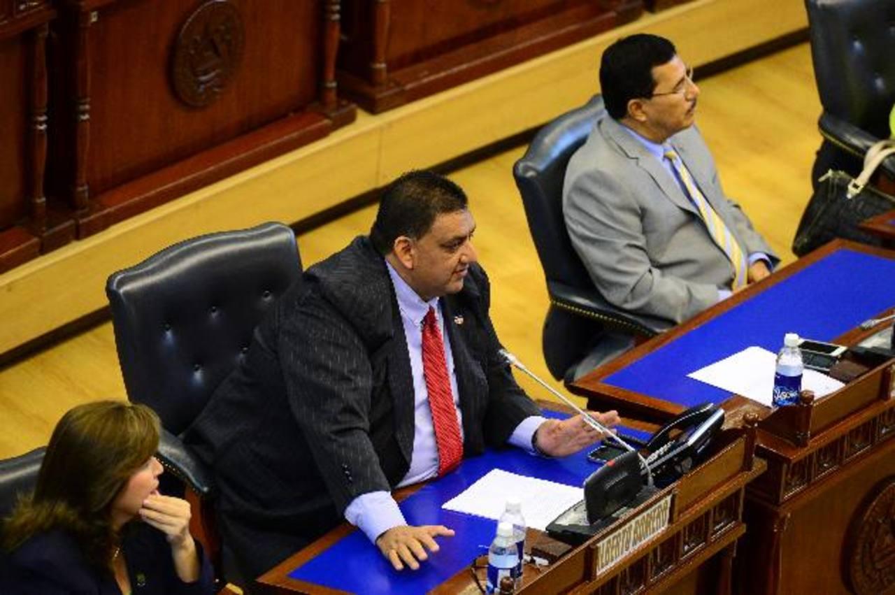 """Alberto Romero (al centro) de ARENA critica de """"nefasto"""", delegar al TSE para voto cruzado. Fotos edh / omar carbonero"""