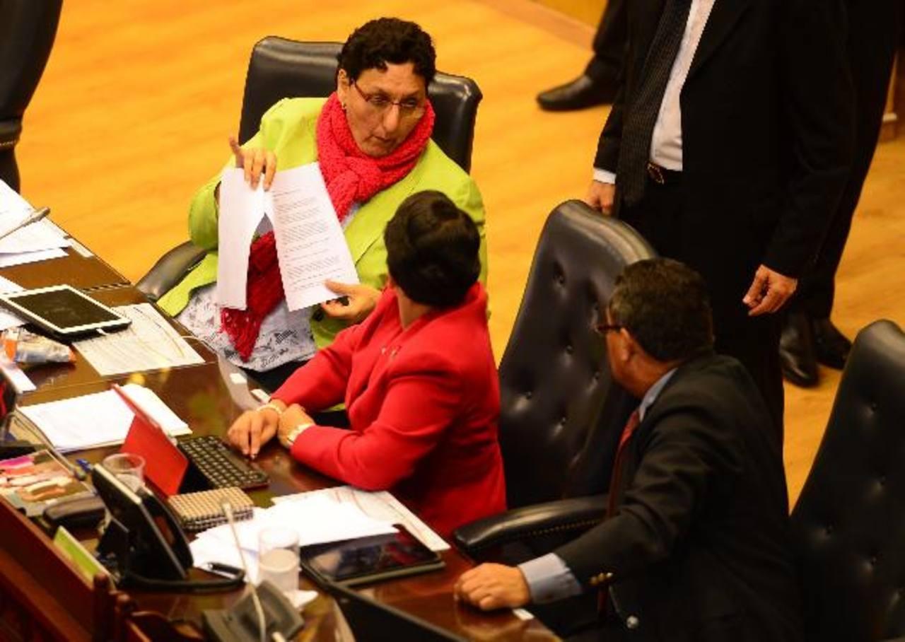 """Lorena Peña, del FMLN, dijo que solo podía hablar """"de temas serios"""" y dijo desconocer. foto edh / MAURICIO CÁCERES"""