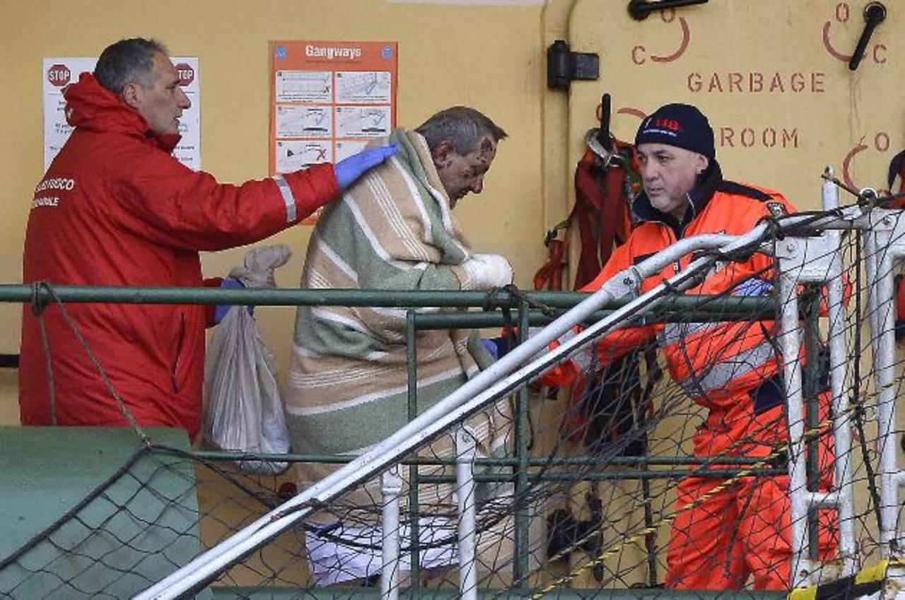 """Uno de los rescatados del ferry incendiado """"Norman Atlantic"""", a su llegada al puerto italiano de Bari. foto edh / ap"""