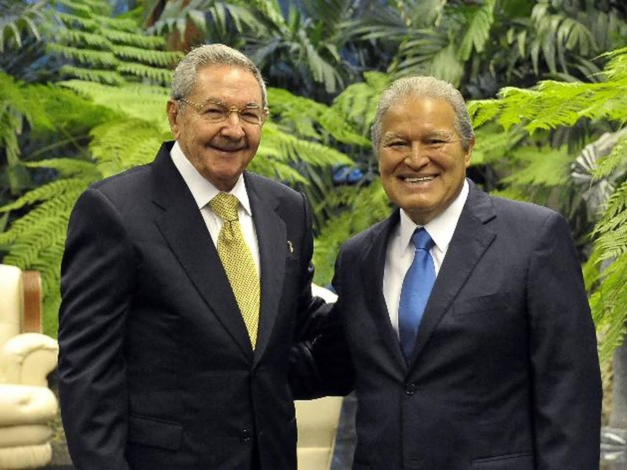 El presidente salvadoreño, Salvador Sánchez Cerén (a la derecha), junto al cubano Raúl Castro.Raúl Castro, de Cuba, y Nicolás Maduro, de Venezuela, se saludan durante la cumbre del Alba. Maduro amenazó con cerrar la embajada de EE. UU. en Caracas.