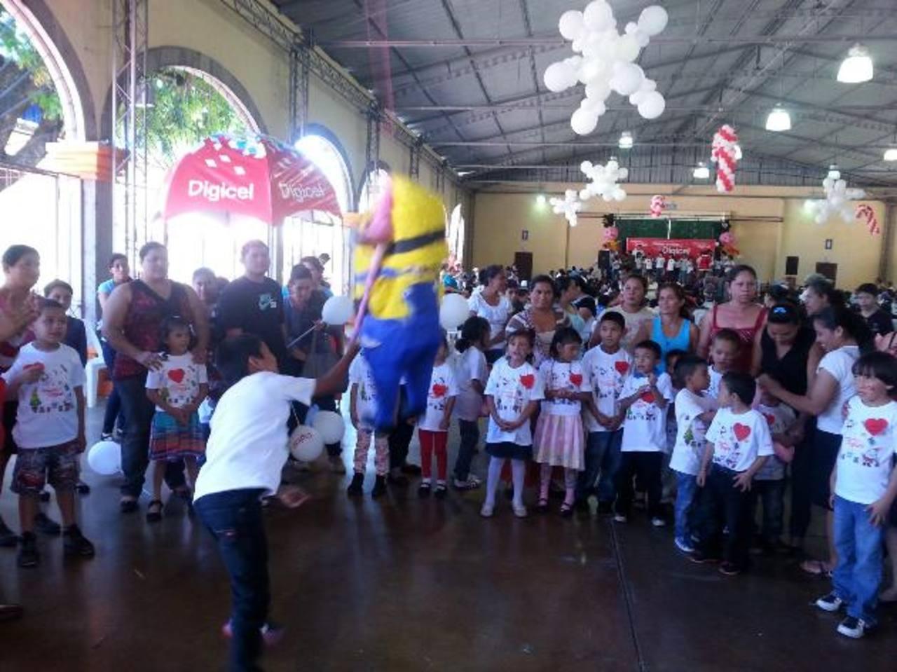 La mañana fue corta para el derroche de energía de los 250 niños y niñas que participaron en la fiesta navideña del programa. Fotos edh / cortesía.