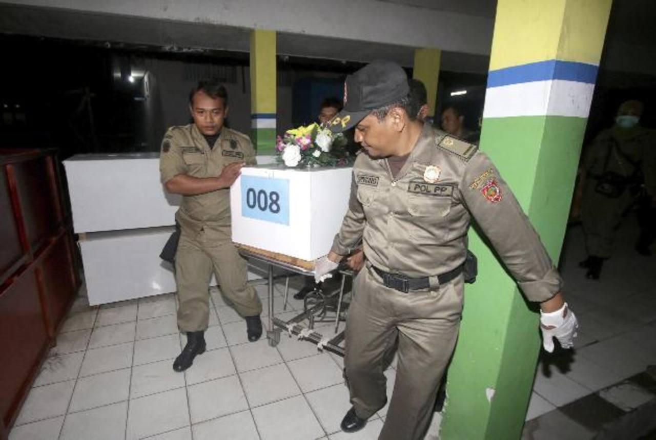 El vuelo 8501 se estrelló el domingo en el mar de Java con 162 personas a bordo