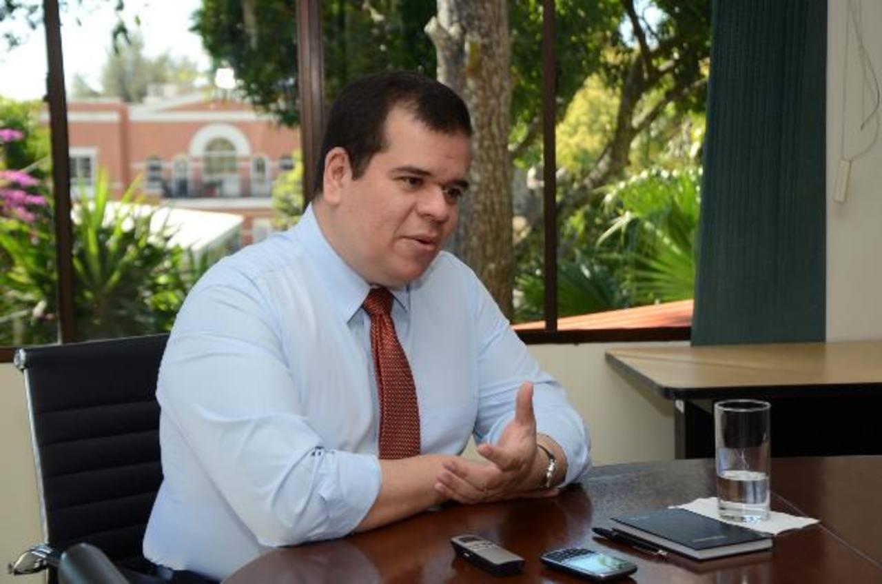 Roberto Burgos asevera que se abusa del recurso de reserva de datos en el Gobierno.
